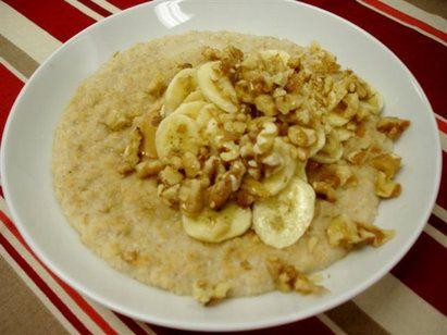 Petit-déjeuner riche en protéine – Beurre de cacahuète, avoine, banane et noix - Logon Prozis