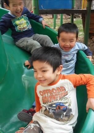 Estos tres chicos en acogida en Hebei, siempre están jugando juntos. ¿No os parece que se lo pasan genial?