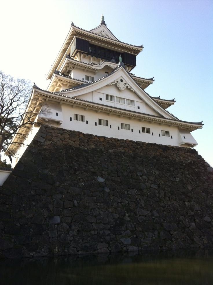 일본 키타큐슈의 고쿠라성 천수각입니다. 건축 측면에서 보면 4층과 5층 사이에 처마가 없고 5충아 4충보다 크게 만든 것이 특징입니다. 성의 돌담은 깍지 않은 자연석으로 쌓아올린 것도 특징입니다.