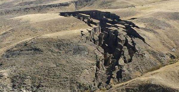 Yhdysvaltojen Wyomingissa on ihmetelty suurikokoista halkeamaa, joka on ilmestynyt maahan Bighornin vuoristossa. Noin 680 metrin pituisen ja 45 metrin levyisen maankuoren repeämän kerrotaan ilmestyneen alueelle täysin yllättäen syyskuun aikana. Halkeaman havaitsivat ensimmäisenä alueella liikkuneet SNS-metsästysseuran jäsenet lokakuussa. Paikallise