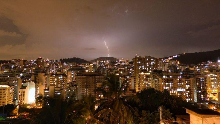 Foto tirada da janela aqui de casa, num dia desses de chuva em Niterói-RJ