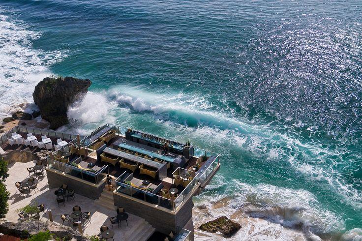 Ein Restaurant, das das mit dem Meerblick wirklich sehr ernst nimmt. Über den Wellen speisen: http://www.lastminute.de/reisen/625-16051-hotel-ayana-resort-spa-jimbaran/?lmextid=a1618_180_e30