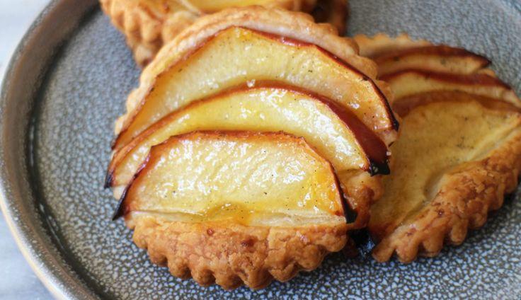 Onverwachts visite? Voor deze snelle appeltaartjes heb je maar vijf ingrediënten nodig en ze zijnsuperlekker.  * Heb je geen steker in huis?...