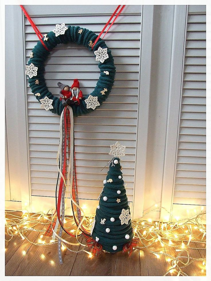 Zieleń, czerwień i krem - tradycyjne trio inaczej :) Komplet - wianek  na drzwi z figurkami oraz choinka