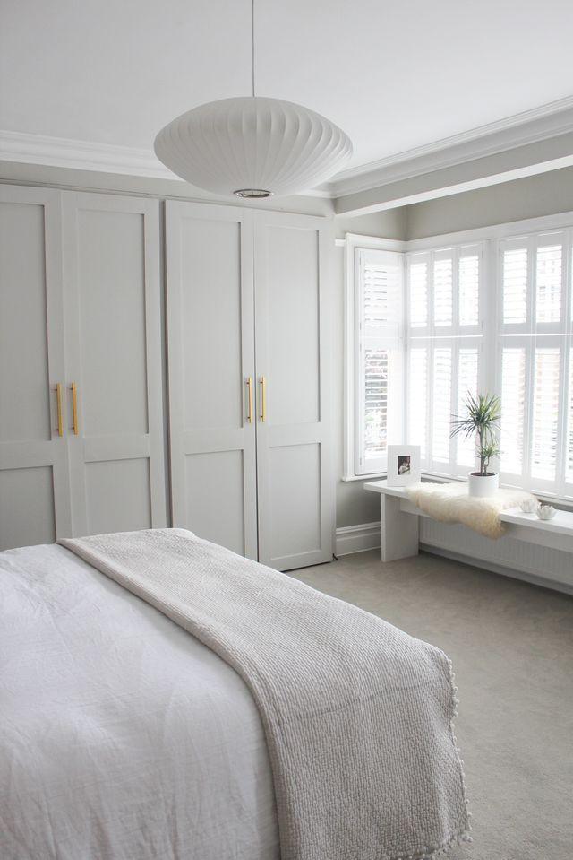 Ruhig und frisch. Schlafzimmer Ziele, neutrale Schlafzimmer Dekor mit eingebauten Ins