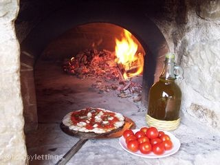Pizza oven at 'Country villa in Garfagnana', Lucca Province, Tuscany. I love this picture!