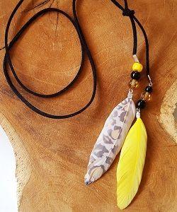 Ketting veertjes black and yellow, met bijpassende veertjes oorbellen. Leuke set voor festivals deze zomer!