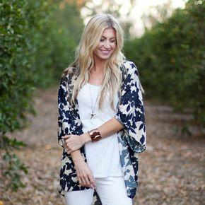veste kimono blanche à motifs de feuilles bleu foncé