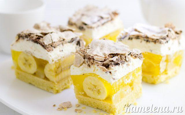 Сливочно-желейный торт с бананами, ананасами и безе. Ингредиенты: Корж:  250 г муки 150 г масла 50 г сахарной пудры 3 желтка 0,5 ч. л. разрыхлителя  Начинка:  6-8 бананов 150 г консервированных анана…