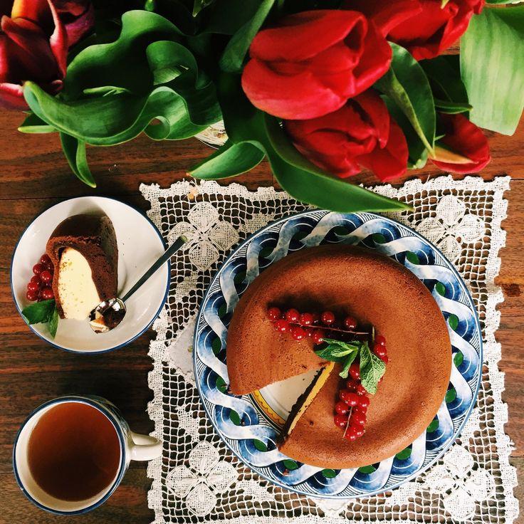 Пирог готовится из двух видов теста и получается очень необычным и вкусным: нежная творожная начинка и ароматная шоколадная корочка.