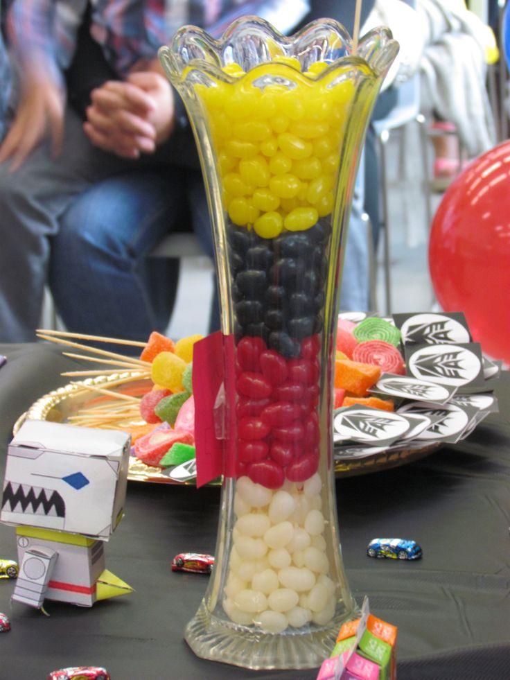 Grajeas de colores le dieron un toque de elegancia a la mesa de dulces en este florero de cristal.