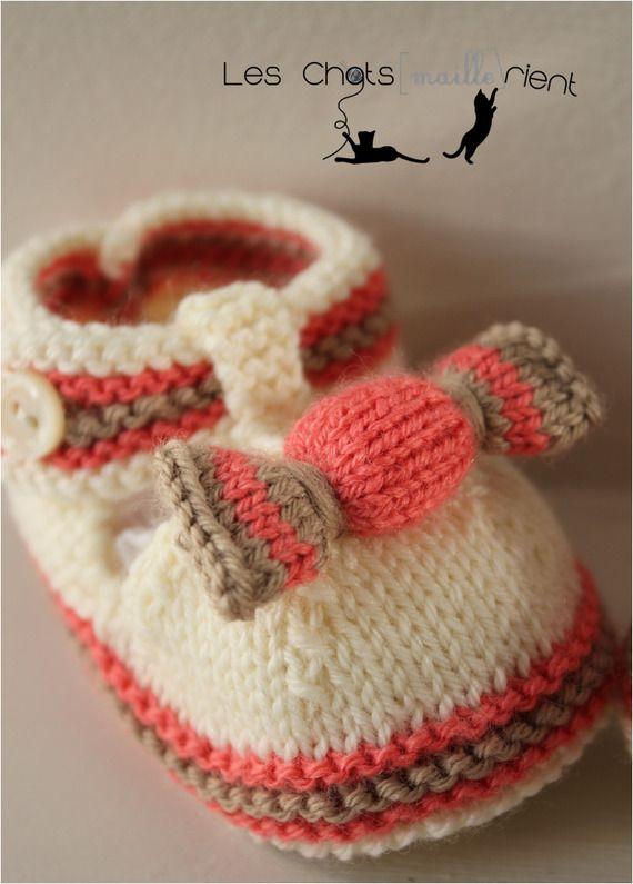 SUR COMMANDE Chaussons bébé tricotés main, style sandales, écru et rose framboise, 3-6 mois / Hand-knitted baby