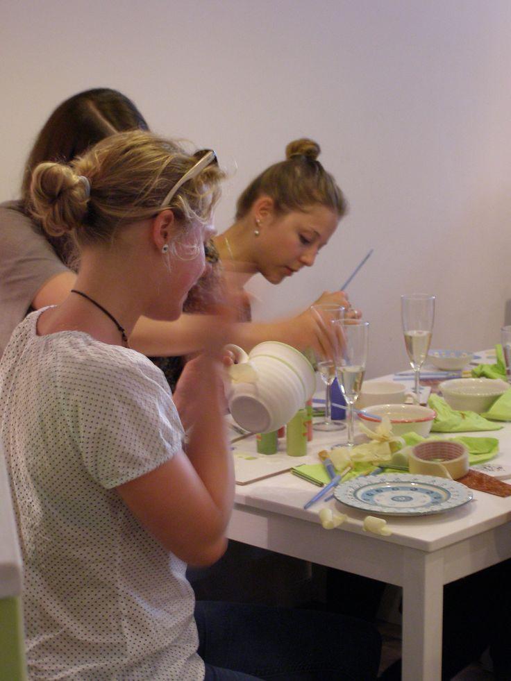 Junggesellinnenabschied. Kreativ sein, gemeinsam lachen und experimentieren. Keramik selbst bemalen.