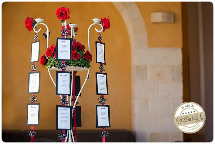 Gothic red+black seating chart. Ph Youness Taouil http://www.brideinitaly.com/2013/12/alchimie-gotico.html #unconventional #italian #wedding