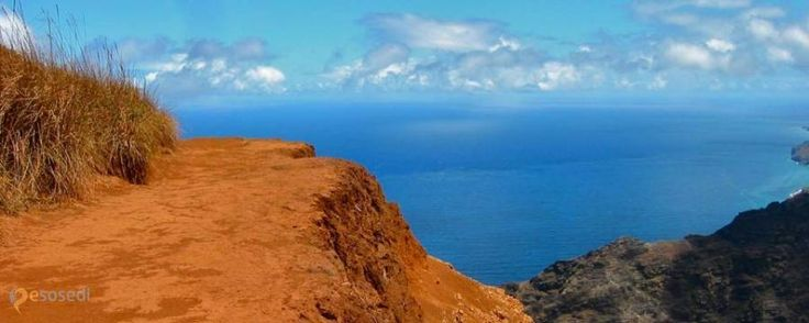 Тропа Аваавапухи Кауаи – #Соединённые_Штаты_Америки #Штат_Гавайи (#US_HI) Где и как на Гавайях можно как следует размяться? Можно, конечно, побегать наперегонки с раскаленной лавой вулкана Килауэа. Но я предлагаю чуть более безопасный, но не менее энергетически затратный способ - прогуляться по тропе Ава'авапухи на вершину живописного горного хребта на острове Кауаи. http://ru.esosedi.org/US/HI/1000128499/tropa_avaavapuhi_kauai/