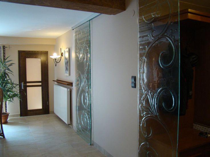 Ścianka stała z drzwiami przesuwnymi z manufaktury Riwal. Fusing. Fused glass.