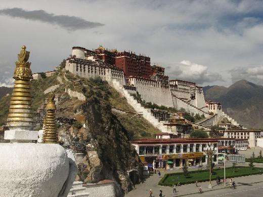 """Potala Sarayı, Tibet    Llasa'da 1300 yıl önce 7 bin işçinin inşa ettiği 13 katlı binlerce odalı """"Kışlık Saray"""" bugün bir müze ve UNESCO'nun Dünya Mirası listesinin gözdelerinden biri."""