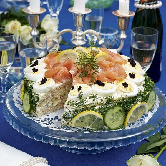 Lax, räkor och svart kaviar gör den här tårtan i fyra våningar extra festlig. GarneringÖ creme fraiche, majonaise, citron, lite dill.