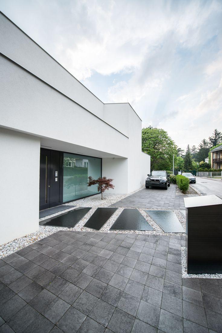 Puristische Villa auf der Straßenseite mit japani…