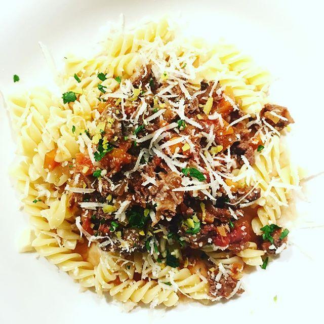 Pasta met Ragu alla Bolognese van Rundersucade met parmezaan en gremolata! #raguallabolognese #bolognese #rundersucade #parmezaan #gremolata #smullen #comfortfood #italianfood #genieten #familytime