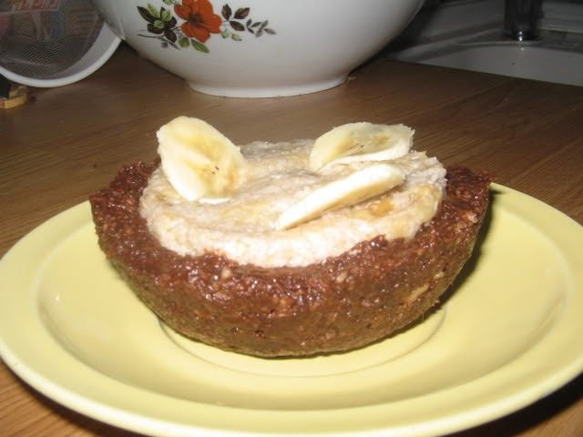Aceasta reteta corespunde zilelor de vitamine   Ingrediente: -1 banana mare -10 linguri cocos -4 linguri migdale -1lingura cacao   Banana s...