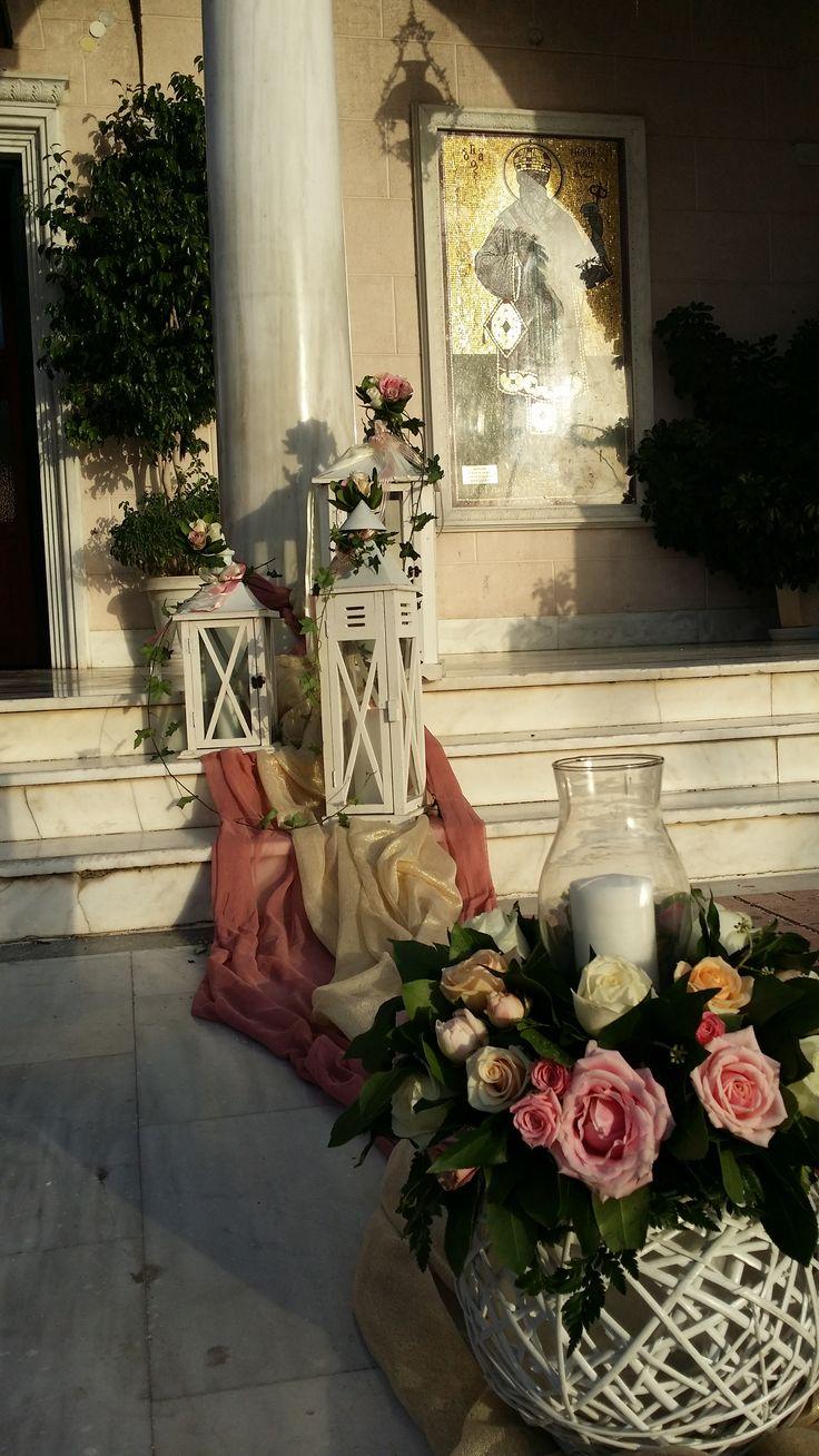 Ο εξωτερικός στολισμός του γάμου σας στην εκκλησία περιλαμβάνει τριαντάφυλλα, φανάρια, μπάλες και χαλί στο διάδρομο. Δίνει άλλο τόνο και αίσθηση στο γάμο με θέμα Vintage.