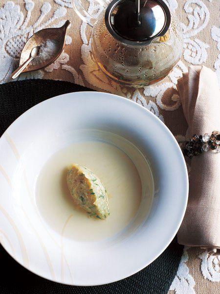 Recipe : 玉ねぎのスープ/ゆっくりと火を通した玉ねぎの旨みを引き立てるのは、タイムとローズマリーの香り高いスープ。 #Recipe #レシピ