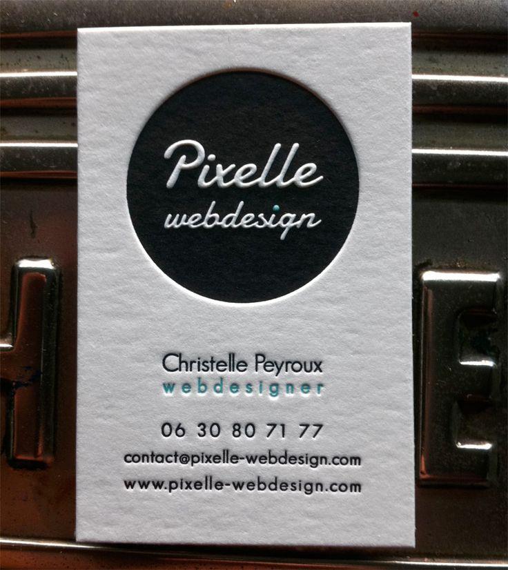 Impression carte de visite 8,5 x 5,5 cm, débossage 2 couleurs R° sur papier 500g.  Design par Pixelle Webdesign