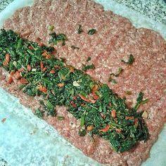 Tarifi Oktay ustanın programında gördüm ve hemen denedim. Gayet lezzetli ve pratik bir köfte. Bu pişirme tarzını değişik iç versiyonlarlada denemeyi düşünüyorum. Malzemeler; 500 gr kıyma 1 tane yumurta 1 tane küçük soğan 1 yemek kaşığı galeta unu Karabiber, tuz İçine; 1 demet ıspanak 2 tane kırmızı biber 2 diş sarımsak karabiber, tuz Yapılışı; Kıymayı, …