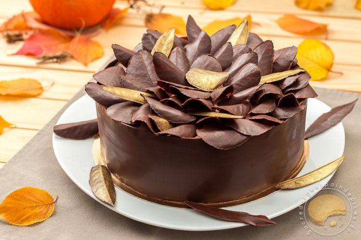 La feuille d'automne est un gâteau composé de couches de meringues et de mousse au chocolat le tout emprisonné dans une fine feuille de chocolat noir.