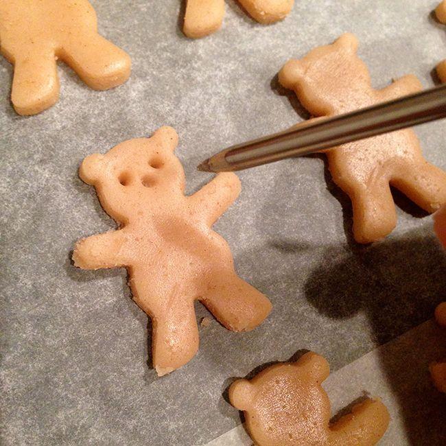 Maak je eigen knuffelende berenkoekjes! #beer #koekje #recept #teddybeer | www.Fluzzy.nl