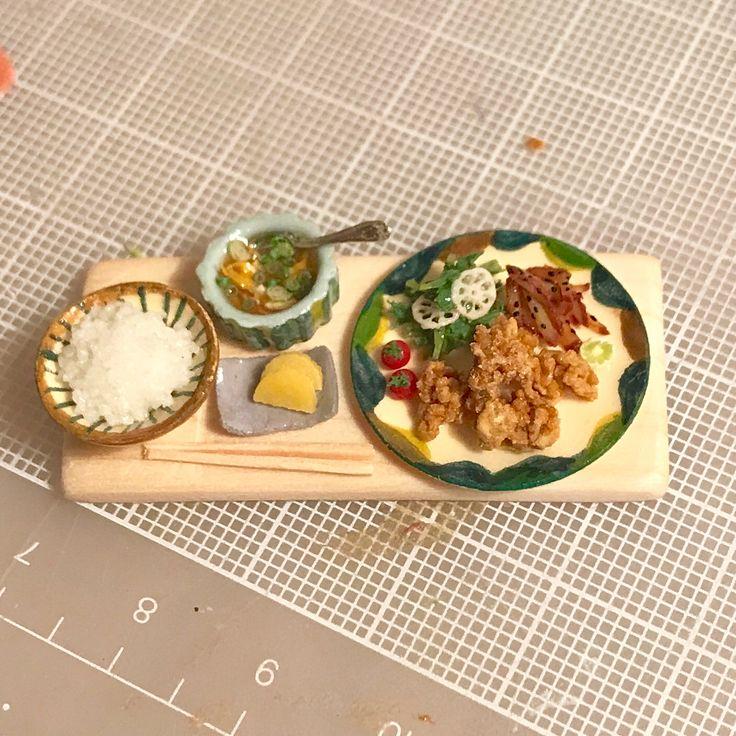 明日ミンネに出品しようと、やちむん風の器せっとでの唐揚げ定食を作っています。あとは柴漬けを乗せたら完成。なんだか胃のあたりが少し楽になって、またよく食べます。お腹が下がってきたのかしら??父ちゃんが完治するまでもう少しだから、もう少し待っていて欲しいけど笑(T-T) #唐揚げ定食#鶏の唐揚げ#やちむん#さつまいものきんぴら#レンコンと水菜のサラダ#プチトマト#卵スープ#ミニチュアフード#ミニチュア#臨月#37w2d