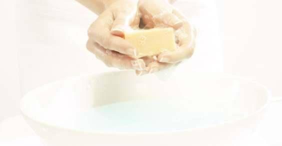 Lo sgrassatore universale è un prodotto utile per la pulizia di varie superfici della casa, dal forno, ai fornelli, ai ripiani della cucina, fino ai pavimenti e alle superfici dei sanitari. Per preparare in casa uno sgrassatore universale bastano pochi ingredienti molto comuni, che vi permetteranno di evitare l'acquisto dei prodotti comunemente in vendita, che potrebbero risultare inquinanti. Ecco alcune ricette facili da preparare e adatte a sgrassare tutte le superfici resistenti.