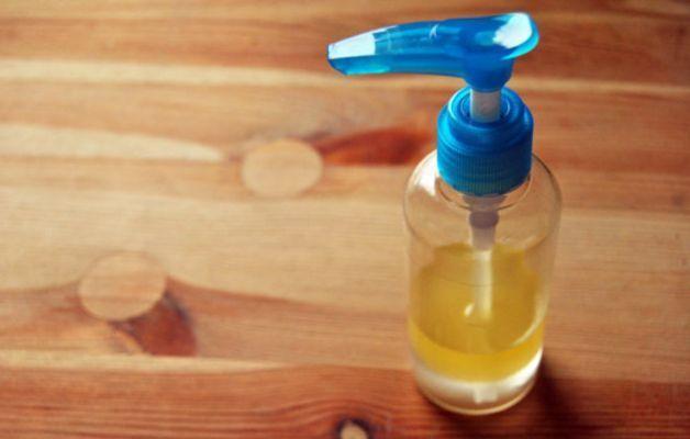 Struccante bifasico fai da te con olio e camomilla