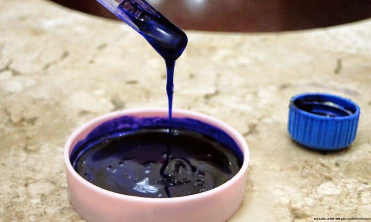 Ingredientes Violeta Genciana (vende em farmácias, custa algo em torno de R$ 1,50 à R$2,00); Shampoo branco de sua escolha (o importante é que seja branco). Modo de preparo Uma vasilha de manteiga ou sorvete vazia (dessas que a gente tem aos montes sobrando em casa); A base para essa receita será um shampoo de …