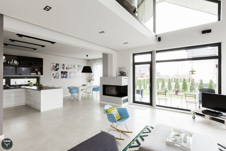 otwarty salon z wysokim sufitem, projekt: STABRAWA.PL