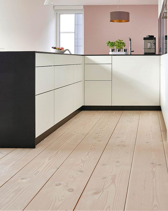 A Wooden Board Floor In The Kitchen Area Yes Please If The Boards Are Properly Taken Care Of And You Don T Holzdielenboden Haus Bodenbelag Kuche Holzboden