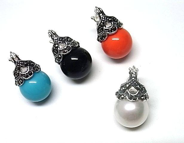 Pendientes de plata de primera ley con marquesitas y una perla debajo de color a elegir blanco, negro, gris, azul o rojo. REF.:110158900156. PRECIO: 37,80€