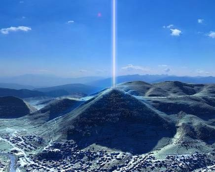 """UN TEAM DI FISICI HA RIVELATO UN FASCIO DI ENERGIA   che fuoriesce dalla parte superiore della piramide bosniaca denominata """"Piramide del sole"""". L'antica struttura è situata nei pressi di Sarajevo e fa parte di un complesso collinare naturale di aspetto piramidale che si suppone sia di costruzione umana risalente addirittura a 12.000 anni fa. Sono cinque le strutture principali…"""