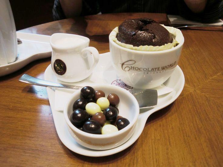 В холодную погоду хочется побаловать себя чашкой вкусного кофе и угоститься ароматным десертом. Мой выбор сегодня - лате с карамелью и шоколадное суфле в кофейне Kahve Dunyasi. Всем отличного дня! Не замерзайте   А вот тут можно почитать небольой обзор о кофейне http://turkkey.ru/vizit-na-shokoladnuyu-fabriku-kahve-dunyasi/  #кофе #kahvedunyasi #kahve #шоколадноесуфле #времякофе #десерт #турция #кофейня #стамбул #turkkeyru