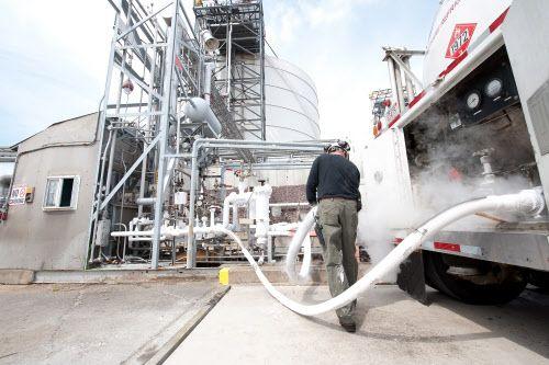 Remplissage d'un camion citerne en gaz naturel liquéfié sur le site du terminal méthanier d'Everett #ENGIE Découvrez les enjeux de l'approvisionnement en gaz naturel en cliquant sur la photo !