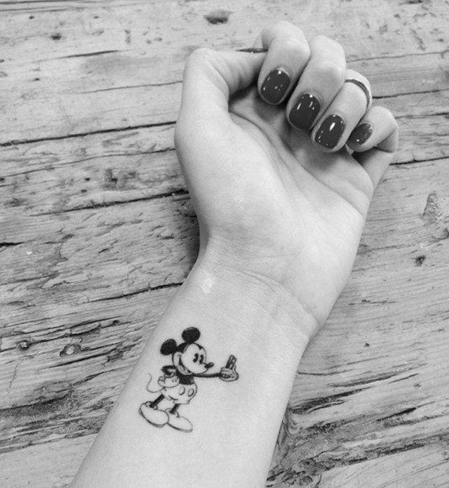 Idées de tatouages pour le poignet : le Mickey des temps modernes…