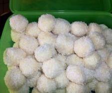 ZUTATEN 400 g Milchmädchen (gezuckerte Dosen) 25 g Kokosfett, (Palmin)  25 g weiße Schokolade, (Kuvertüre oder Blockschokolade) 100 g Kokosraspeln  ca. 50 Mandeln, halbiert  etwas Kokosraspeln zum wälzen