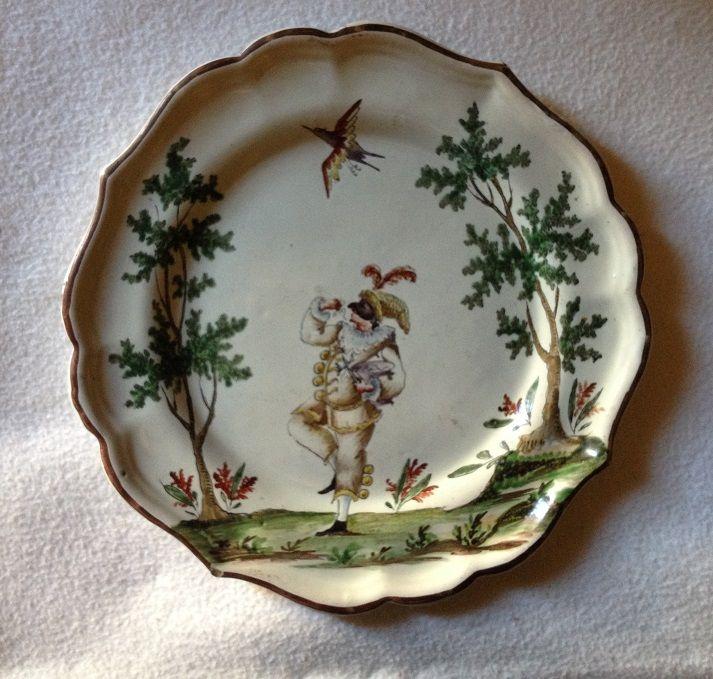 """Pulcinella, piatto a """"figure e paesini"""", Milano, manifattura di Felice Clerici, 1756-1790,  Maiolica dipinta con colori a piccolo fuoco, Museo Giuseppe Gianetti, Saronno  ------------- Il motivo decorativo """"a paesini e figure a smalto"""", è la più caratteristica produzione di Felice Clerici. I personaggi provengono da tutti i mondi amati nel 1700: girovaghi, campagnole, cavalieri, aristocratici, musici, attori anche della Commedia dell'Arte. #commedia #maschera #carnevale"""