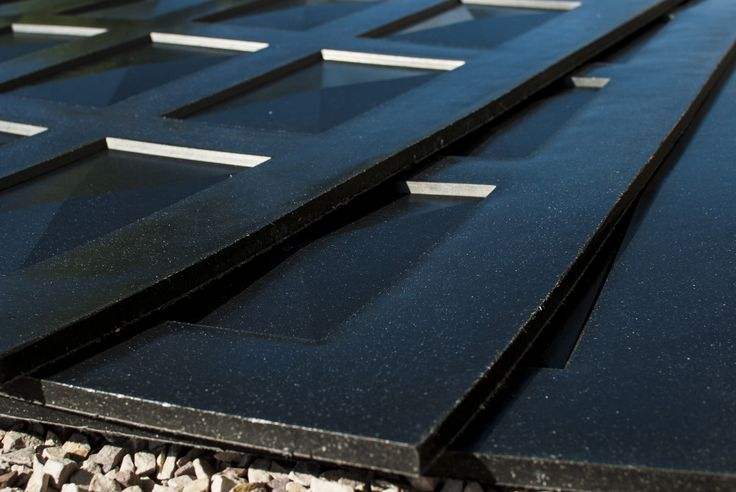 Płyta polimerowa wykonana w technologii termicznego łączenia i kształtowania substancji w całości pozyskiwanych z recyklingu (PE + PP) jako jednolita z wyraźnie wyodrębnionymi warstwami zewnętrznymi (skin) i warstwą wewnętrzną (core). Powierzchnia płyt jednostronnie posiada deseń o regularnym kształcie prostokątów co nadaje jej atrakcyjny i ciekawy wygląd przy jednoczesnym zachowaniu właściwości fizyko-chemicznych, mechanicznych i wytrzymałościowych.