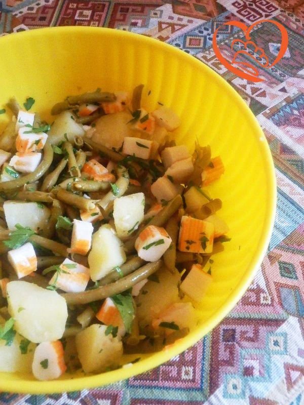 Insalata di surimi, fagiolini e patate http://www.cuocaperpassione.it/ricetta/83381f4c-9f72-6375-b10c-ff0000780917/Insalata_di_surimi_fagiolini_e_patate