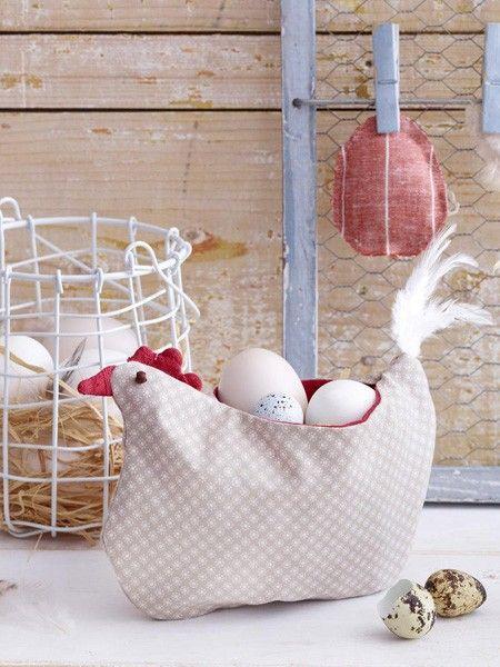 Cette jolie poule veille à ce que vos œufs ne prennent pas froid …   – Ostern