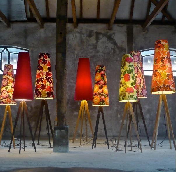 Vrolijk gekleurde vloerlampen op een houten tripod