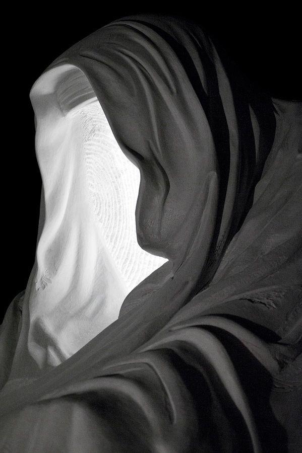"""Nel 2013 lavora alla trasformazione de """"Il manto della Coscienza"""", la sua scultura più celebre, in una cappella di oltre quattro metri di altezza, ricavata da un blocco di marmo bianco del peso di 200 tonnellate nella Cava Michelangelo presso Carrara http://musapietrasanta.it/content.php?menu=artisti"""