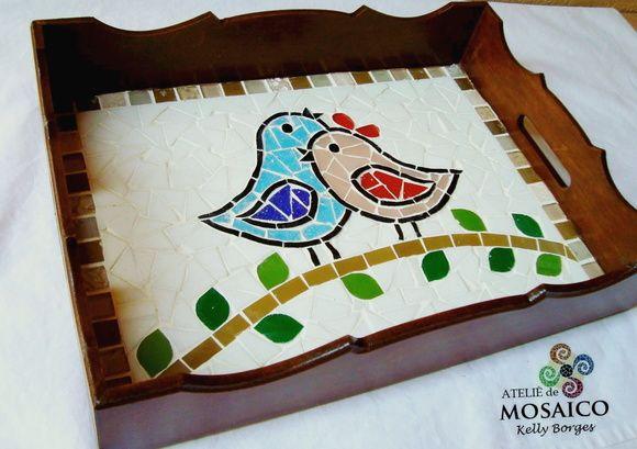 Bandeja em mosaico mede 28x20 cm.